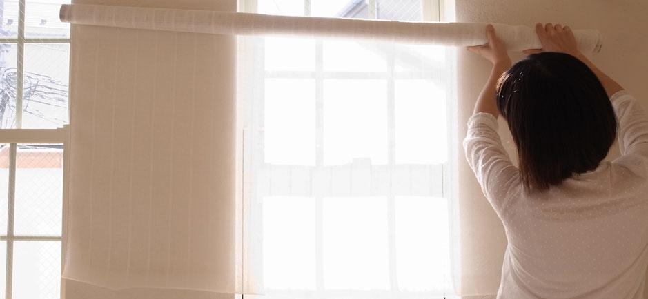 Curtain Service | ご自宅で生地サンプルを見ながらスタッフと一緒にカーテン作り・コーディネートをするメジャーリングサービスや、遠方のお客様のためにメジャーリングキット、カットサンプルなどの郵送サービスもご用意しています。