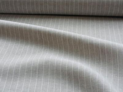 グレイッシュなリネンに細いホワイトストライプが入ったLina 23は、さっぱりとした生地感でリネンカーテンに適しています。