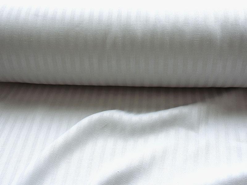 コロニアルチェックのオリジナルリネンのヘリンボーングレイ。光沢感がしっかりとした中厚地リネンは、カーテンの適しています。