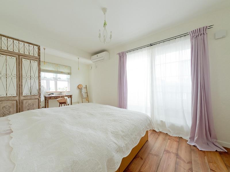 寝室にはライラックのリネンカーテンを。丈を長めにすることで、ゴージャスな空間に。